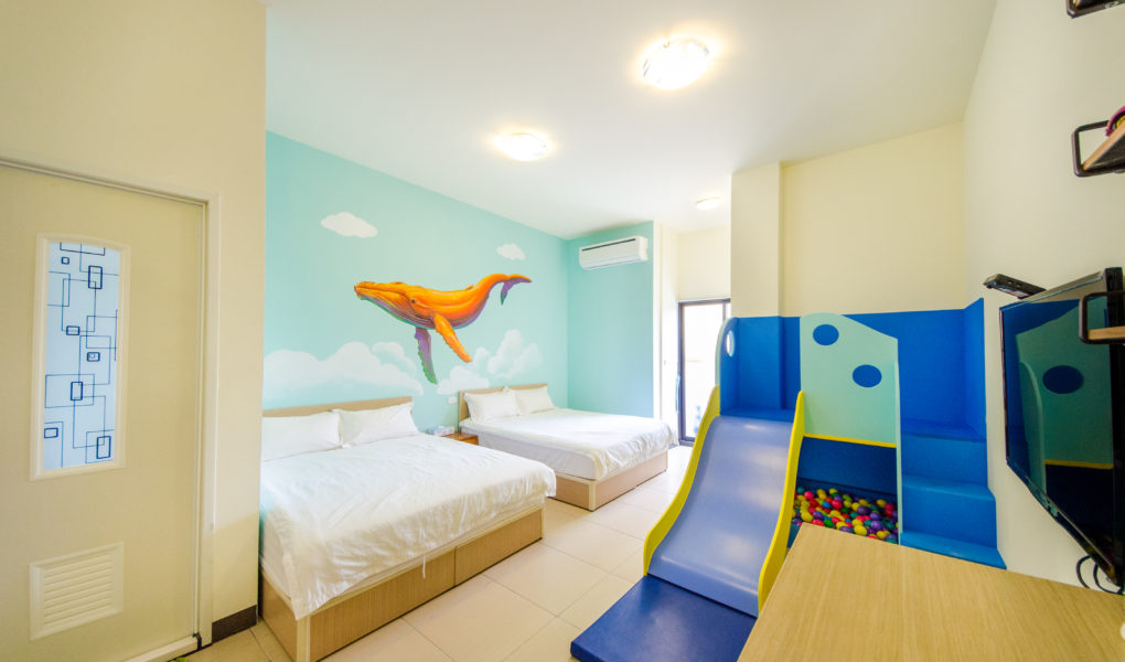 彩色鯨魚四人房